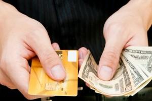 رجل محتا بين البطاقة الإئتمانية او القروض