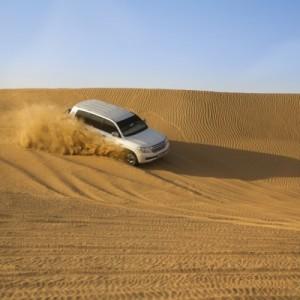 سيارة في الصحراء