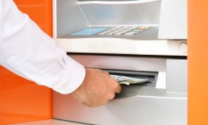 استلام النقود من الصراف الآلي
