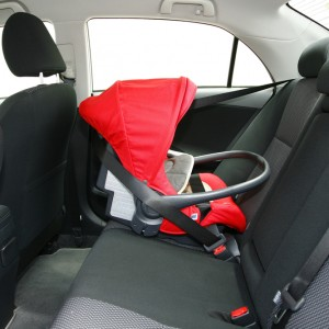 baby safety seat placing in the car
