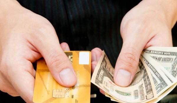 كاش ام بطاقة إئتمان