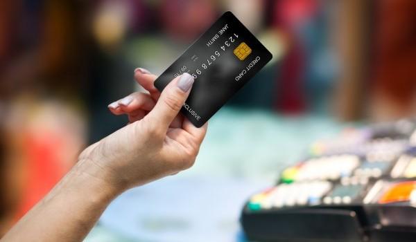 بطاقة إئتمان في يد شخص