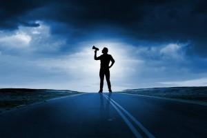 رجل واقف في الشارع