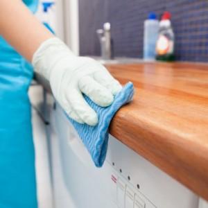 خادمة تنظف