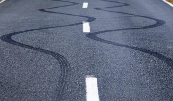 علامات عجل السيارة على الشارع