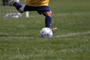 طفل يلعب كرةالقدم