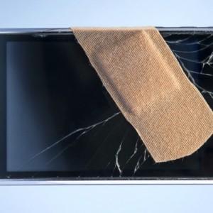 آيفون بشاشة مكسورة