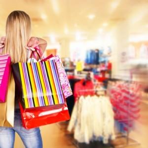 امرأة تحمل اكياس تسوق