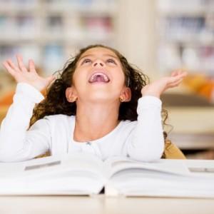 طفلة في مكتبة المدرسة