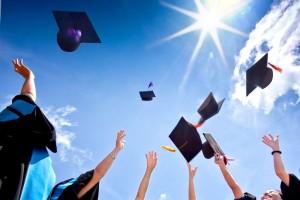 طلاب يرمون القبعات