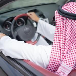 رجال راكب سيارة